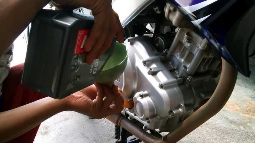cara mengganti oli motor